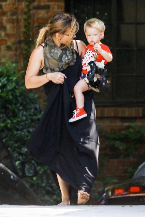 Photos : Hilary Duff : elle porte le plus mignon des paquets dans ses bras !