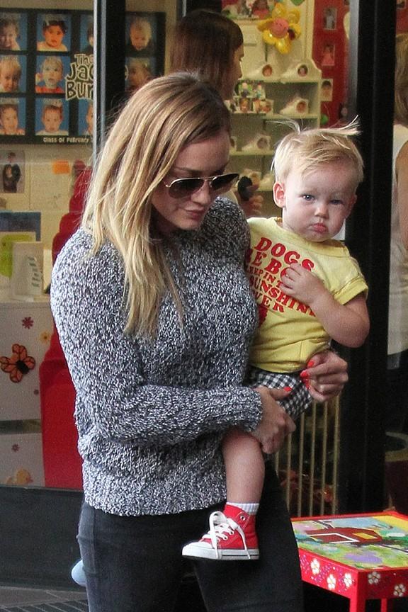 """Hilary Duff avec son fils Luca à la sortie de leur cours de """"Baby's First Class"""" à Los Angeles le 26 juin 2013"""