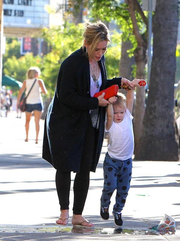 Hilary Duff et son fils Luca vont faire des courses au CVS à Beverly Hills, le 21 juillet 2014.