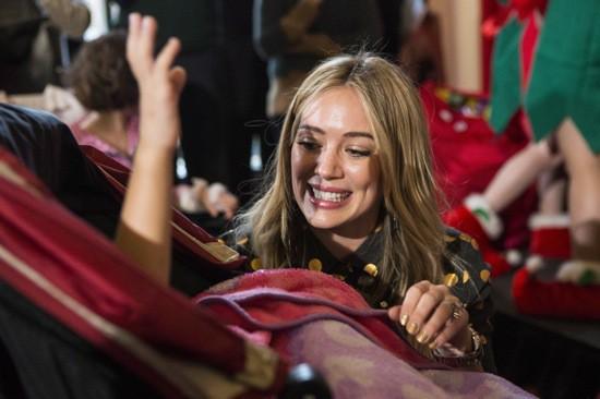 Photos : Hilary Duff : la starlette fait copine copine avec des enfants hospitalisés !