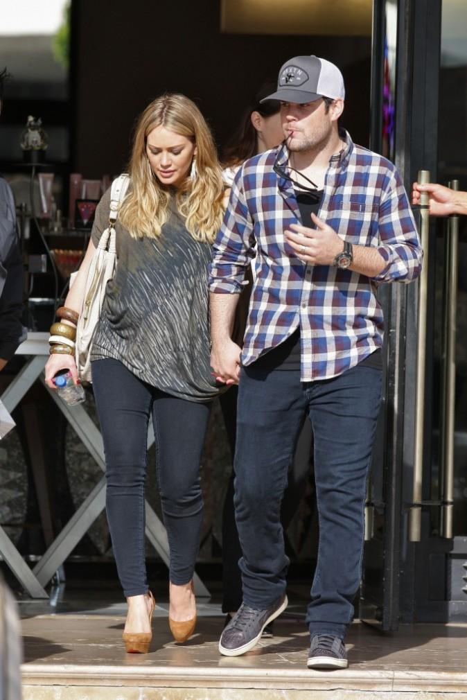 Hilary Duff et son mari Mike Comrie en plein shopping à Beverly Hills, le 29 décembre 2011.