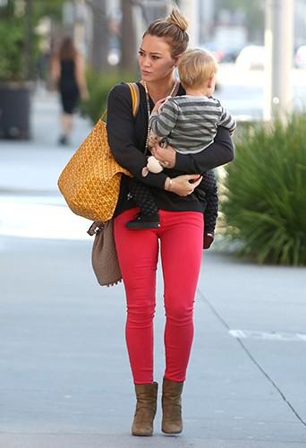 Hilary Duff et son fils Luca à Los Angeles le 21 août 2013