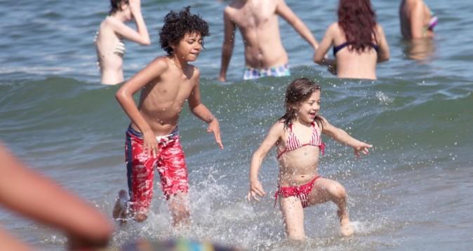Oscar et Ava Jackman à la plage à Barcelone, le 20 juin 2012.