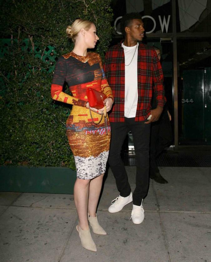 Iggy Azalea : robe colorée pour un dîner en tête à tête avec son mec !