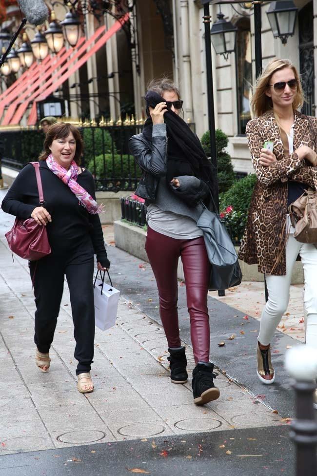 Irina Shayk sur l'avenue Montaigne de Paris le 24 septembre 2012
