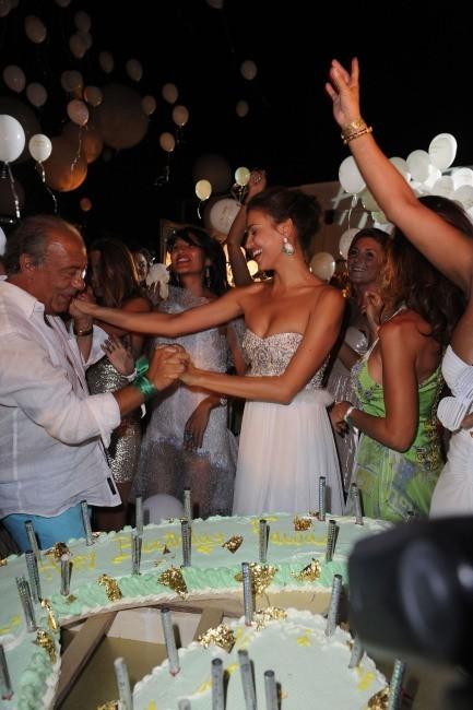 Irina Shayk et Fawaz Gruosi lors de la soirée d'anniversaire de Fawaz Gruosi à Porto Cervo, le 8 août 2012.