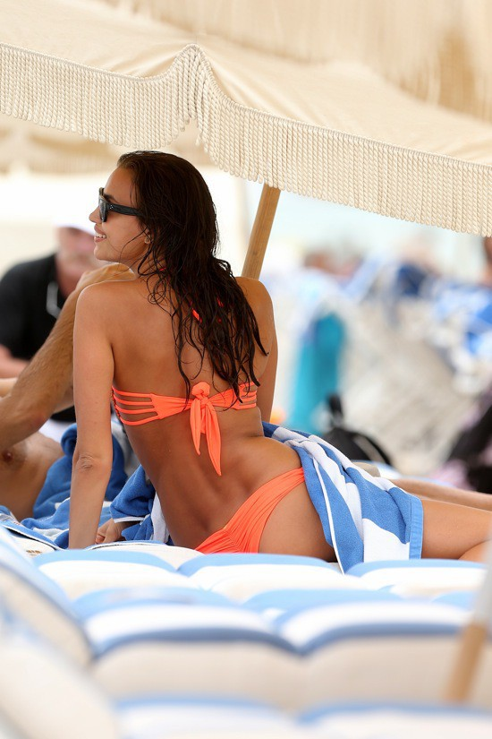 Photos : Irina Shayk : la top exhibe sa poitrine XXL dans un maillot de bain XXS !
