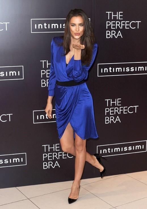 Irina Shayk en promo à Londres pour Intimissimi, le 24 avril 2012.