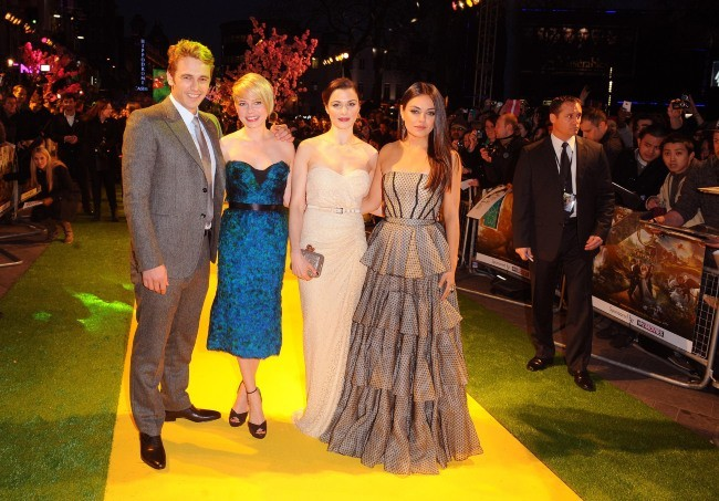 """James Franco, Michelle Williams, Rachel Weisz et Mila Kunis lors de la première du film """"Le Monde Fantastique d'Oz"""" à Londres, le 28 février 2013."""