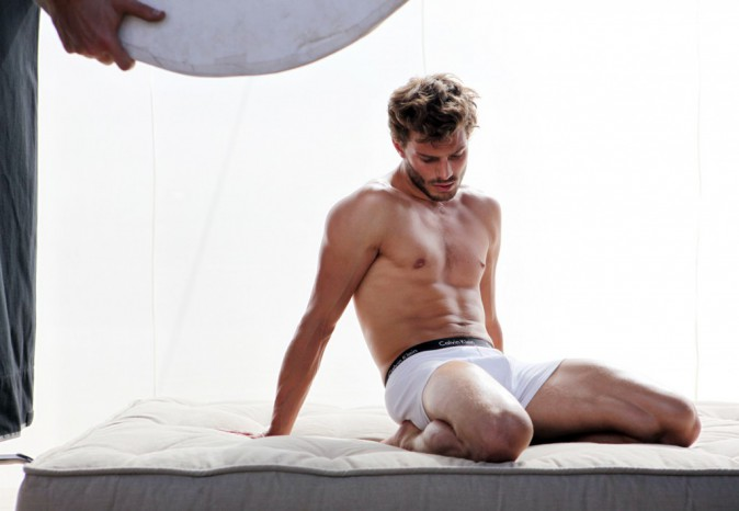 "Photos : Jamie Dornan : à moitié nu, l'acteur de ""50 Shades of Grey"" met tout le monde d'accord !"