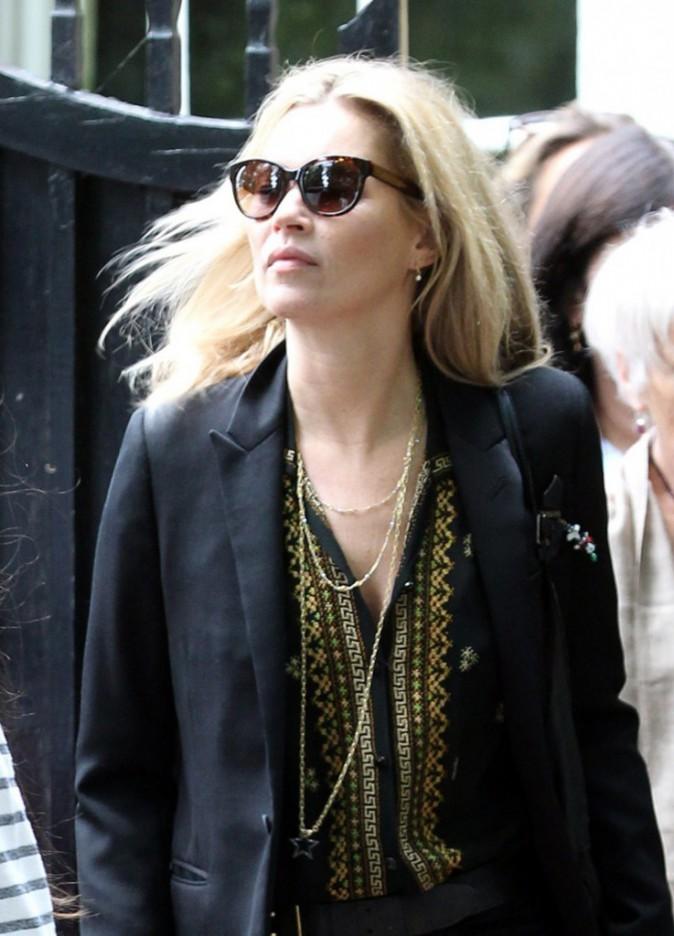 Jamie Hince flirt déjà avec un autre mannequin mais Kate Moss s'accroche à son alliance !
