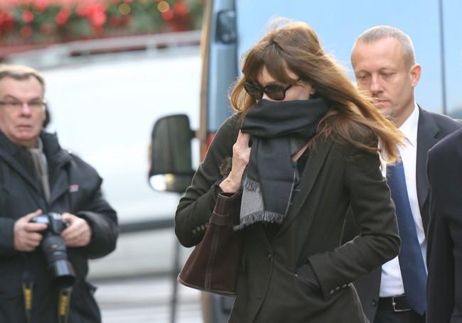 Carla Bruni-Sarkozy aux obsèques de Kate Barry à Paris le 19 décembre 2013