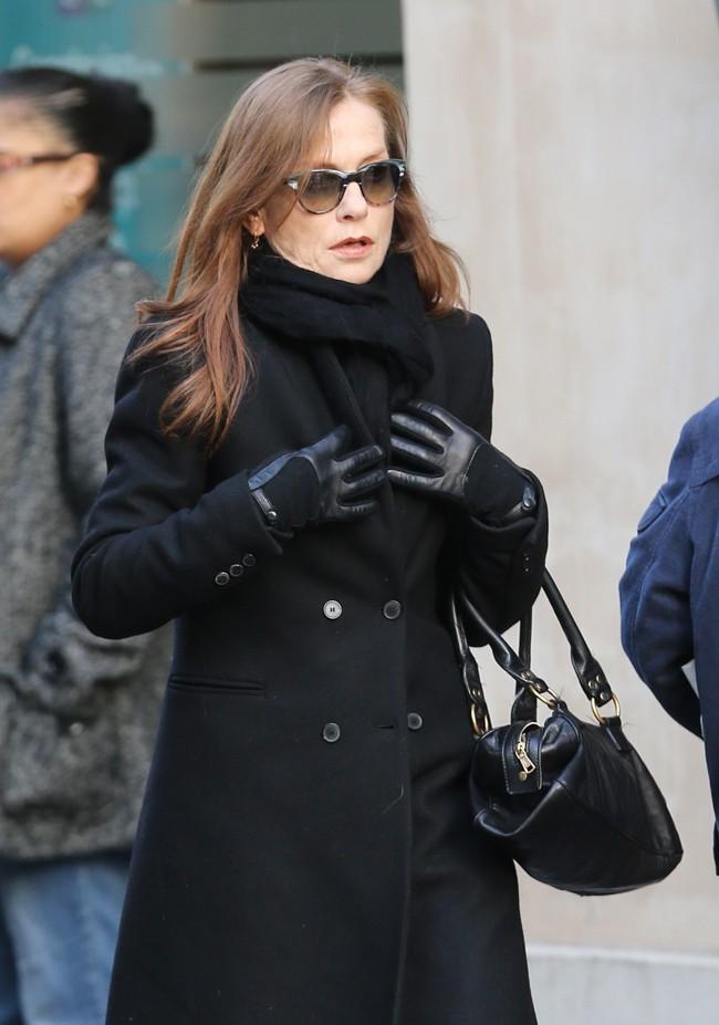 Isabelle Huppert aux obsèques de Kate Barry à Paris le 19 décembre 2013