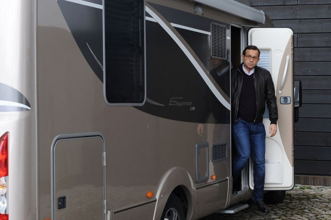 Trois mois dans un camping-car grand luxe pour faire la tournée des lycées...