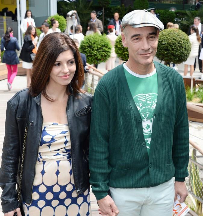 Jean-Marc Barr et sa compagne Stella dans les allées de Roland Garros