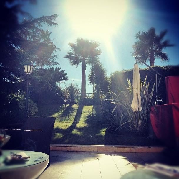 Arrivée à Cannes sous les palmiers pour Shy'm !