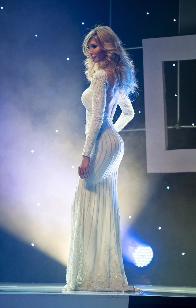En robe de soirée elle brille aussi !