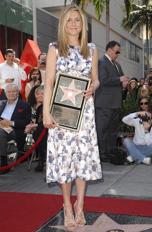 Et quand elle reçoit son éotile sur Hollywood Boulevard, sa robe nous laisse sans voix...
