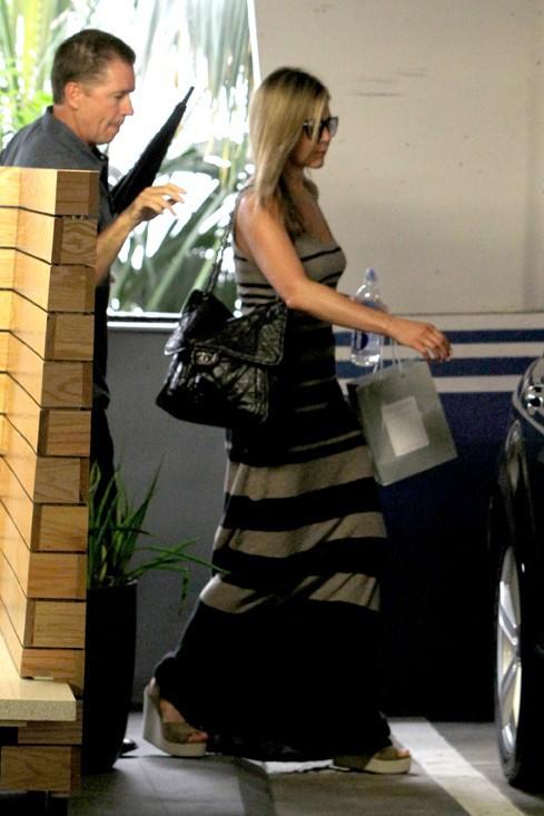 Jennifer Aniston à la sortie d'un spa de Los Angeles le 9 août 2013