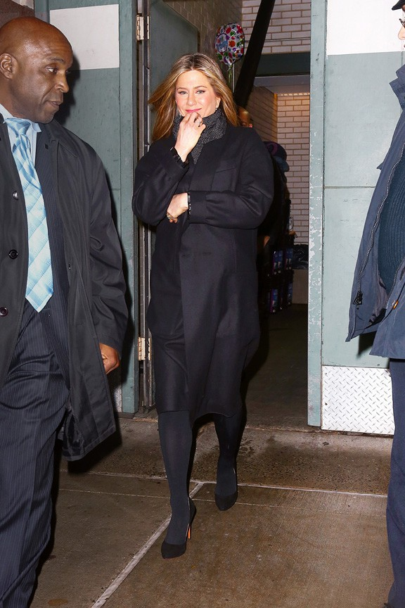 Jennifer Aniston à la sortie d'un restaurant de New-York où elle a travaillé le 16 décembre 2014