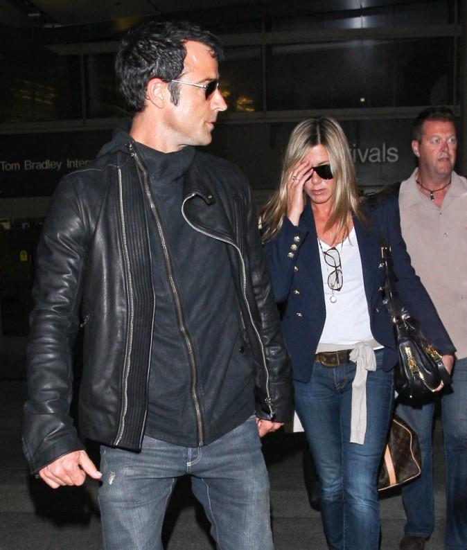 Jennifer Aniston et Justin Theroux à l'aéroport de Los Angeles, le 25 juin 2012.