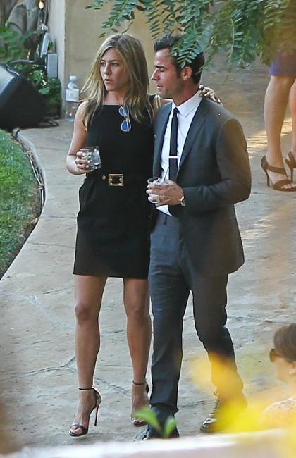 Jennifer Aniston et Justin Theroux lors du mariage de Jimmy Kimmel et Molly McNearney en Californie, le 13 juillet 2013.