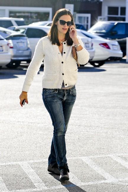 Jennifer Garner se promène au téléphone
