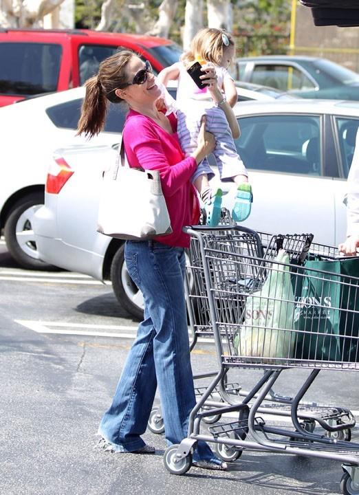 Et hop, Jennifer Garner la reprend dans ses bras !