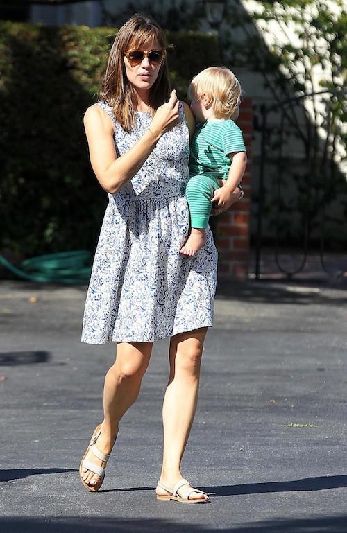 Photos : Jennifer Garner : elle prolonge l'été en robe printanière avec son petit Samuel !
