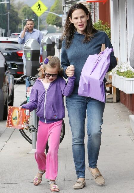 Jennifer Garner et sa fille Violet le 23 décembre 2012 à Brentwood, en Californie