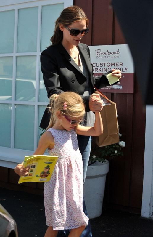 Jennifer toujours là pour prendre soin de ses filles !