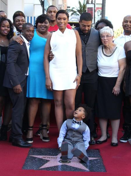 Jennifer Hudson entourée de ses proches pour recevoir son étoile sur le Walk of Fame à Hollywood, le 13 novembre 2013.