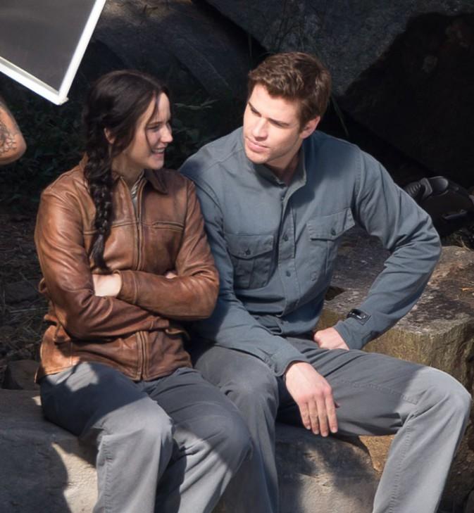 Jennifer Lawrence et Liam Hemsworth sur le tournage de Mockingjay près d'Atlanta le 1er octobre 2013