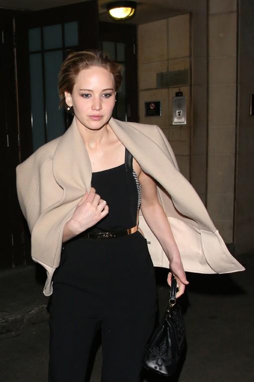 Jennifer Lawrence à la sortie de son dîner avec son fiancé Nicholas Hoult et Tom Ford organisé à Londres le 24 avril 2014