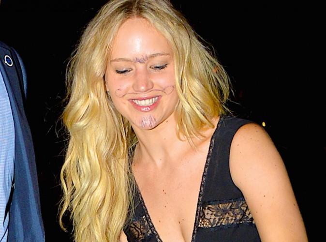 Photos : Jennifer Lawrence : moustache et poils au menton, elle ose tout !