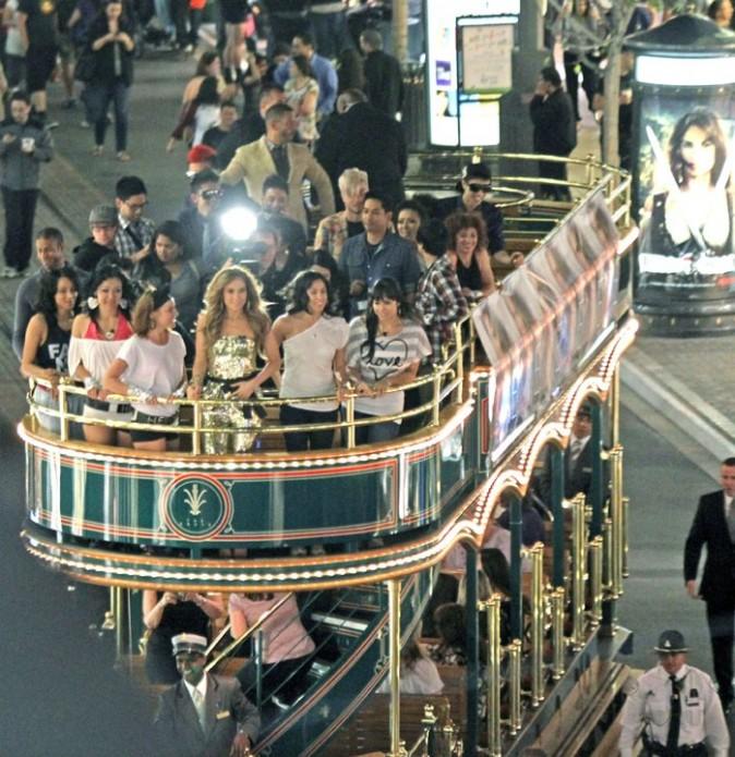 Jennifer Lopez sur un bus à impériale, avec son équipe !