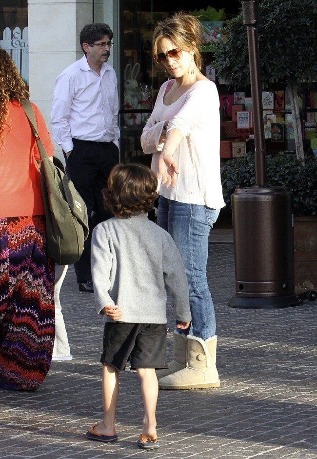 Jennifer Lopez avec ses jumeaux Max et Emme à Los Angeles le 15 mars 2013