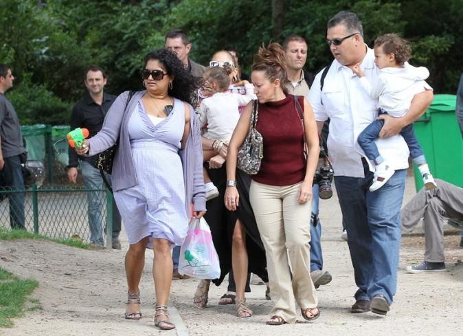 Jennifer Lopez est très entourée....Il en devient même difficile de la voir !