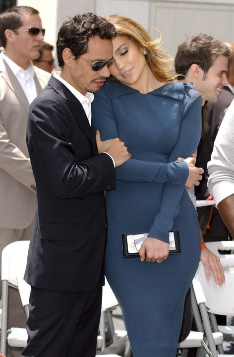 Jennifer Lopez et Marc Anthony, attendrissants, lors de l'inauguration de l'étoile de Simon Fuller sur le Hollywood walk of fame à Los Angeles, le 23 mai 2011.