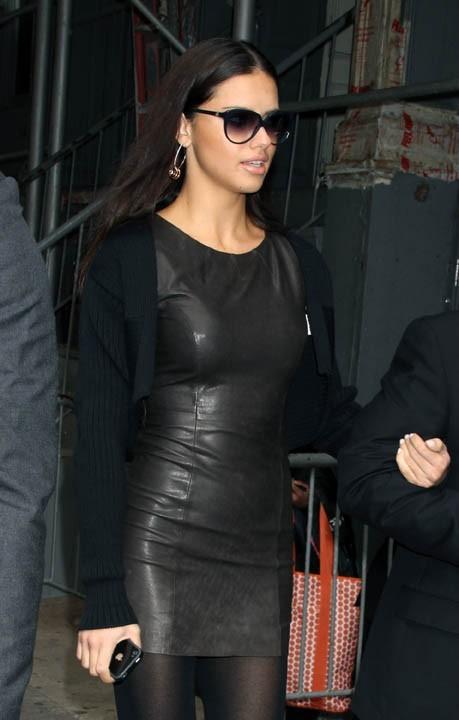 Adriana Lima, la bombe de Victoria's Secret a aussi succombé à l'Iphone !
