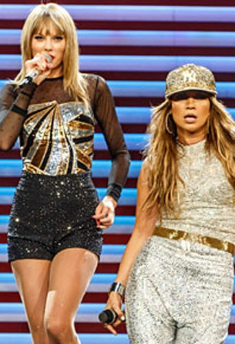 Jennifer Lopez et Taylor Swift sur la scène du Staples Center à Los Angeles, le 24 août 2013.