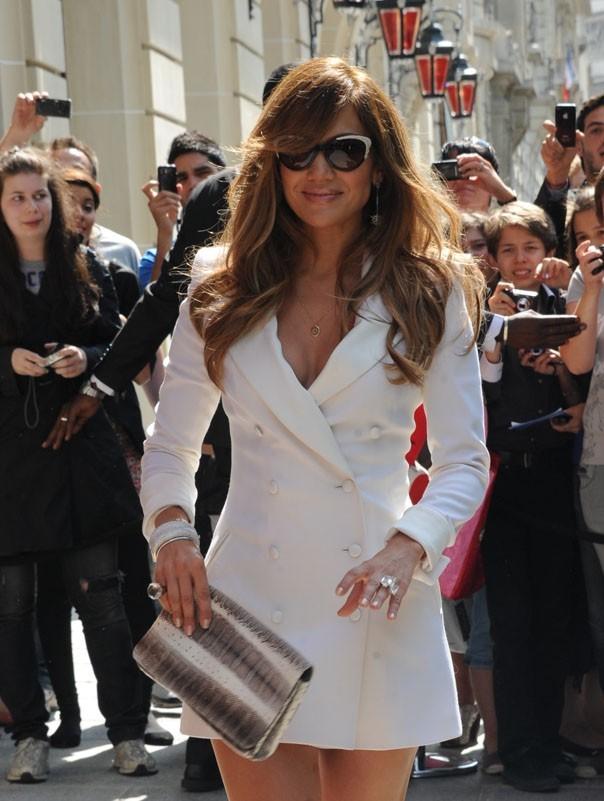 Jennifer Lopez sortant de son hôtel Royal Monceau à Paris !