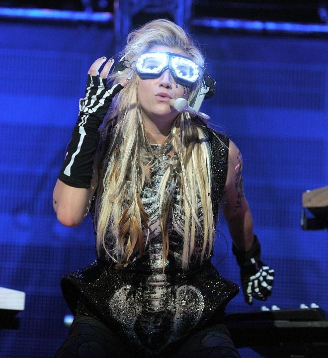 Oui, derrière ce look très Lady Gaga, c'est Kesha !