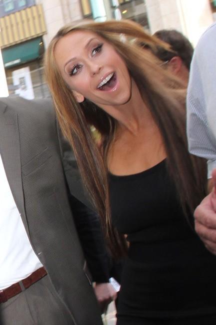 Jennifer Love Hewitt se rendant sur le plateau de l'émission The Extra Show à Los Angeles, le 3 mai 2012.