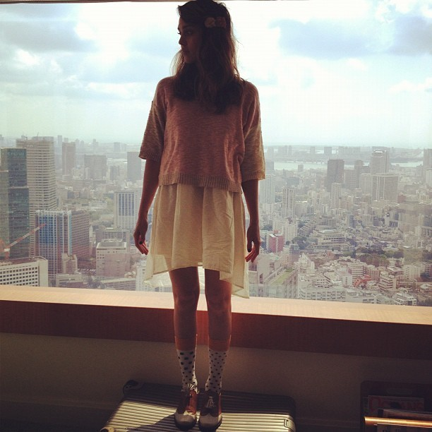 Jess devant une vue dégagée de Tokyo