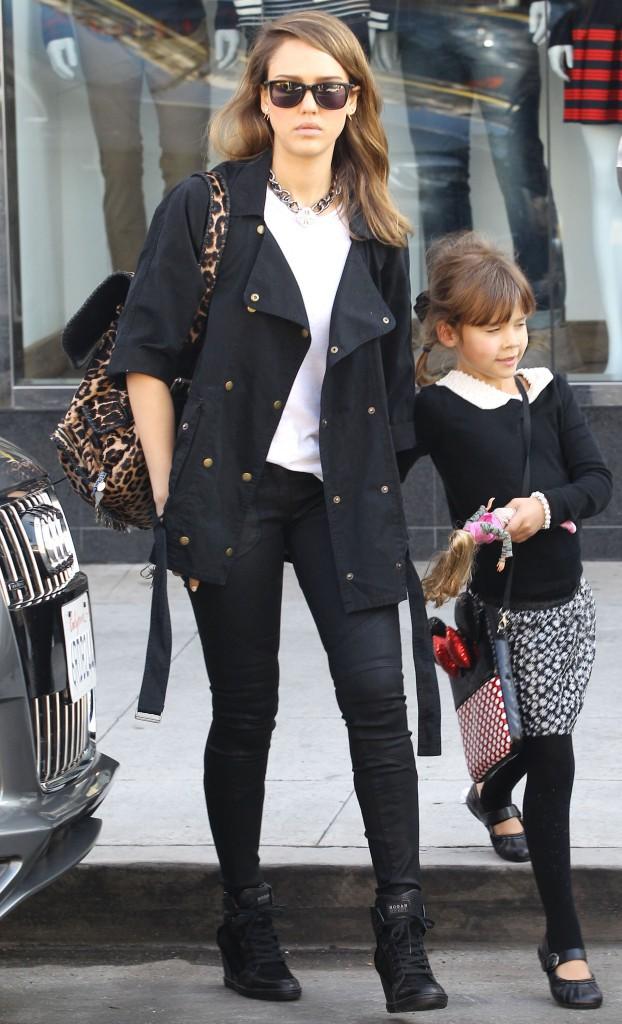 Jessica Alba et sa fille Honor à Beverly Hills, le 22 décembre 2013.