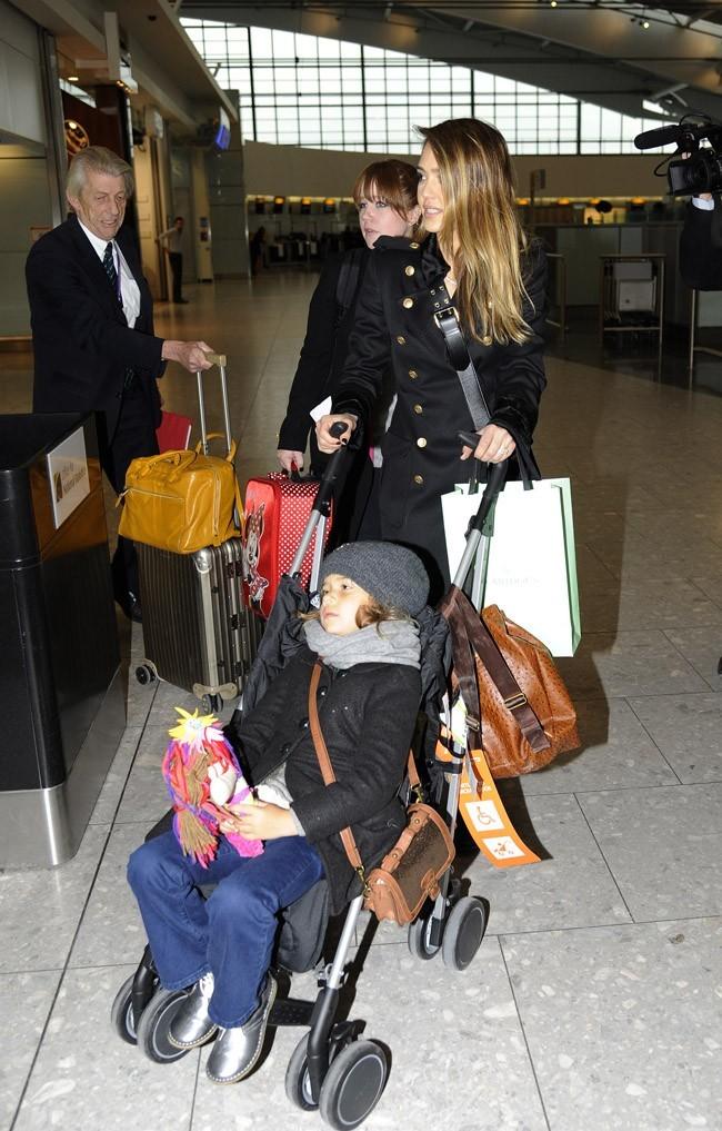Jessica Alba à l'aéroport d'Heathrow de Londres le 6 décembre 2012