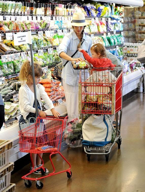 Photos jessica alba courses en famille avec son mini moi qui veut tout faire comme elle - Supermarche ouvert autour de moi ...
