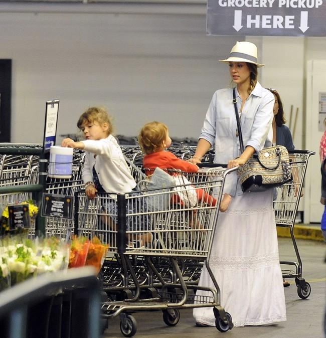 Jessica Alba dans un supermarché de Los Angeles avec Honor et Haven le 27 mai 2013
