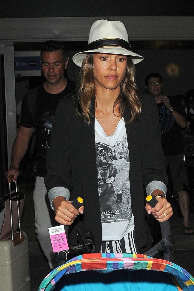 Jessica Alba à l'aéroport de Los Angeles le 15 juillet 2014